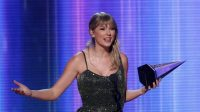 Taylor Swift saat memangkan salah satu kategori (net)