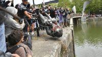 Patung Edward Colston dirobohkan dalam aksi protes Black Live Matter (net)