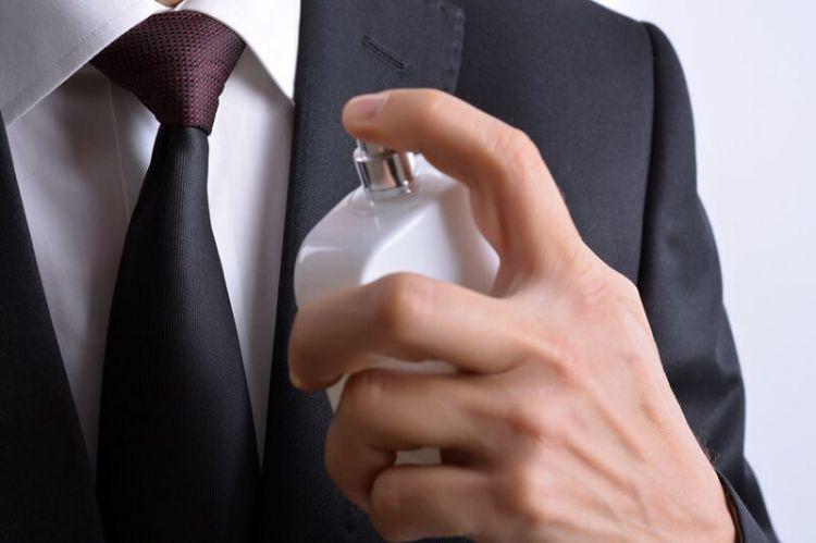 cara pakai parfum agar tahan lama wangi seharian (net)